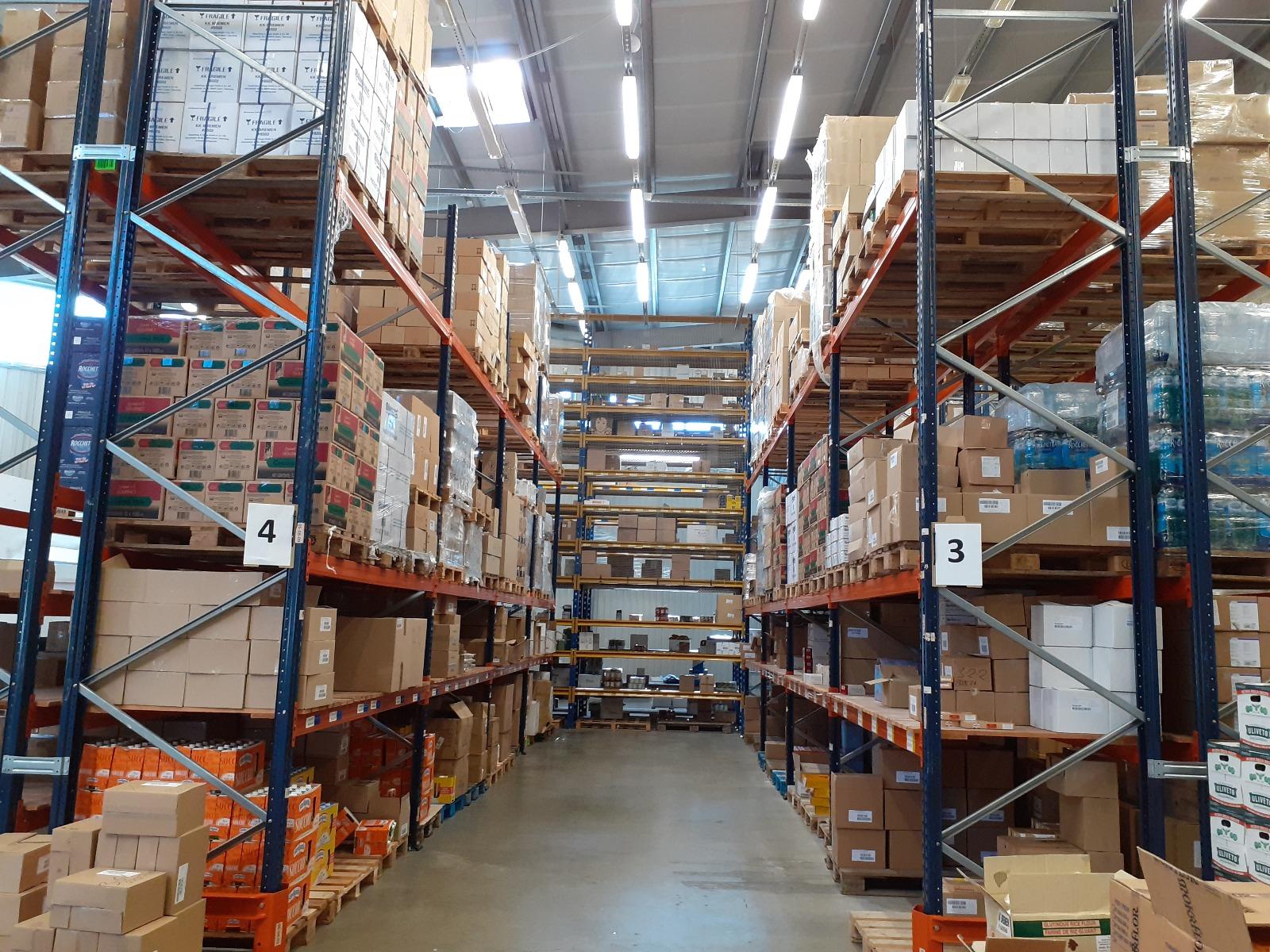 """""""Reaton"""" valdo didžiulį sandėlių kompleksą bei automobilinių šaldytuvų parką, todėl užsakymų pristatymas užtikrinamas visose Baltijos šalyse.  Rygoje atidarytas sandėlis sėkmingai papildo Baltijos šalių logistikos schemą, prisijungdamas prie įmonės sandėlio Vilniuje. Sandėlis Vilniuje suteikia galimybę kokybiškai sandėliuoti produktus ir juos reguliariai platinti Baltijos šalių regione."""